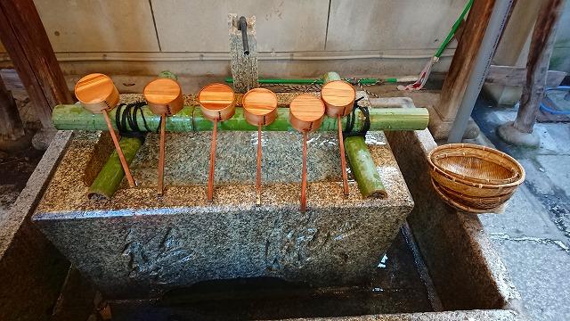 手水舎で銭洗い