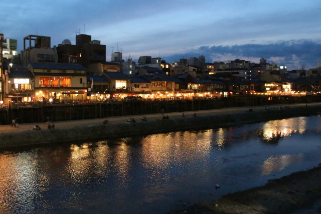 京都の鴨川の夕べ