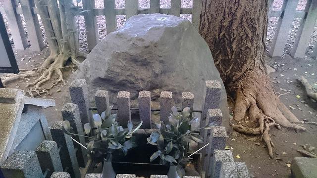 薬師石(御所のへそ石)の前は金運アップのパワースポット