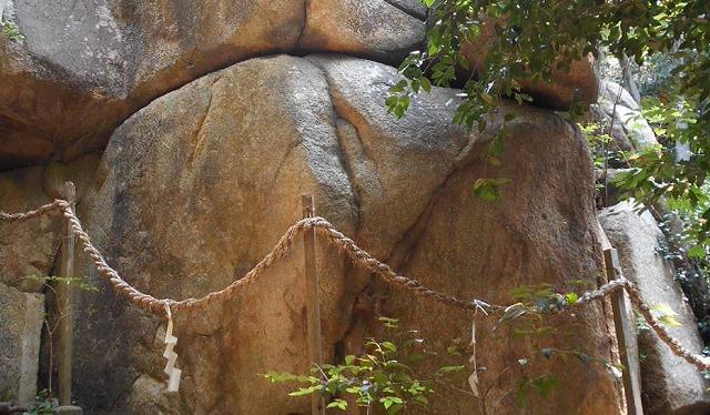 兵庫県の越木岩神社の甑岩