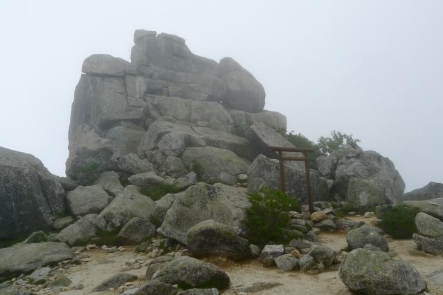 金櫻神社の奥宮と五丈岩