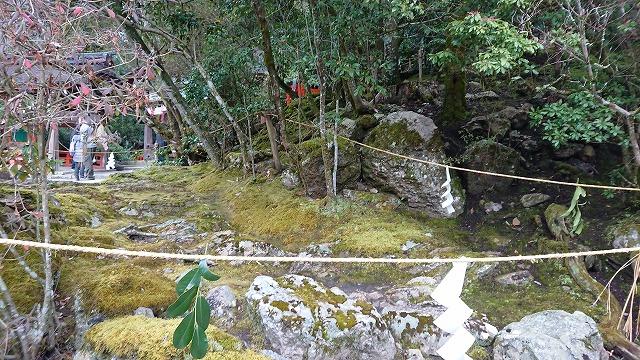 須波神社の横の岩上